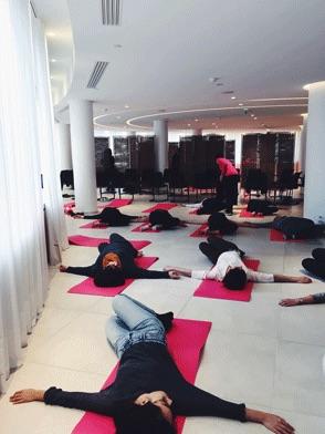 Yoga sur tapis pour un événement QVT